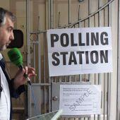 Alsina en uno de los colegios electorales de Londres donde hoy se vota la permanencia o no en la UE