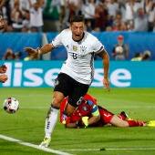 Mesut Ozil celebra su gol ante Italia