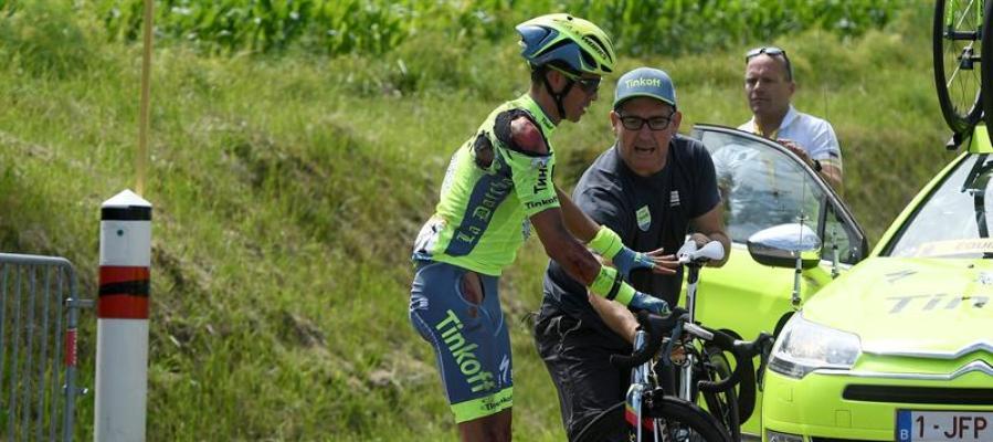 Alberto Contador cambia de bicicleta tras sufrir una caída durante la primera etapa del Tour de Francia