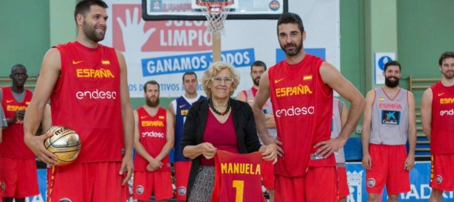 Manuela Carmena durante un entrenamiento de la Selección de baloncesto