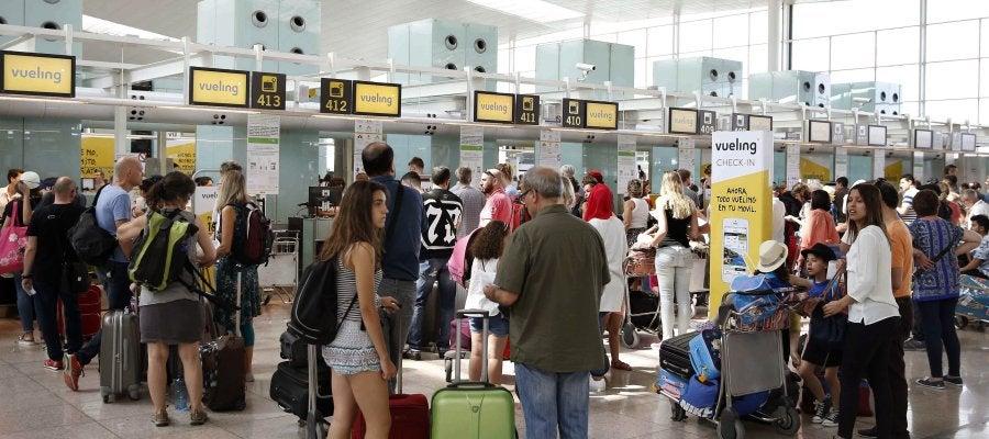 Colas de facturación en los mostradores de Vueling en la Terminal 1 del Aeropuerto de El Prat, en Barcelona
