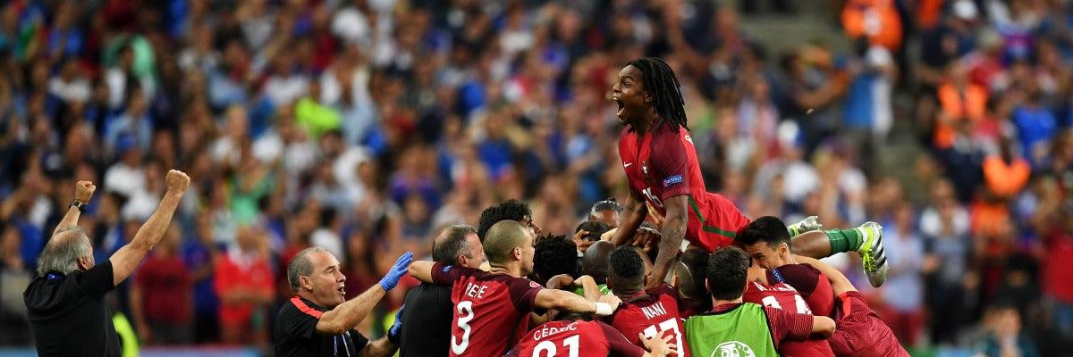 Los jugadores portugueses celebrando el gol de Eder