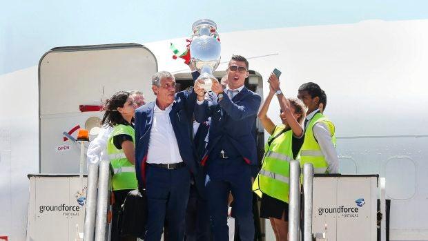 La selección portuguesa con el trofeo de la Eurocopa en el aeropuerto de Lisboa