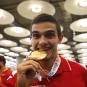 Bruno Hortelano muerde su medalla de oro