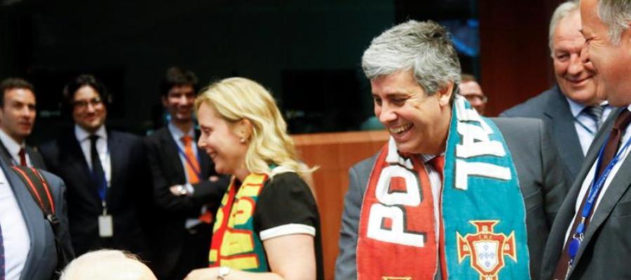 El ministro portugués Mario Centeno, acude al Eurogrupo con la bufanda de su selección