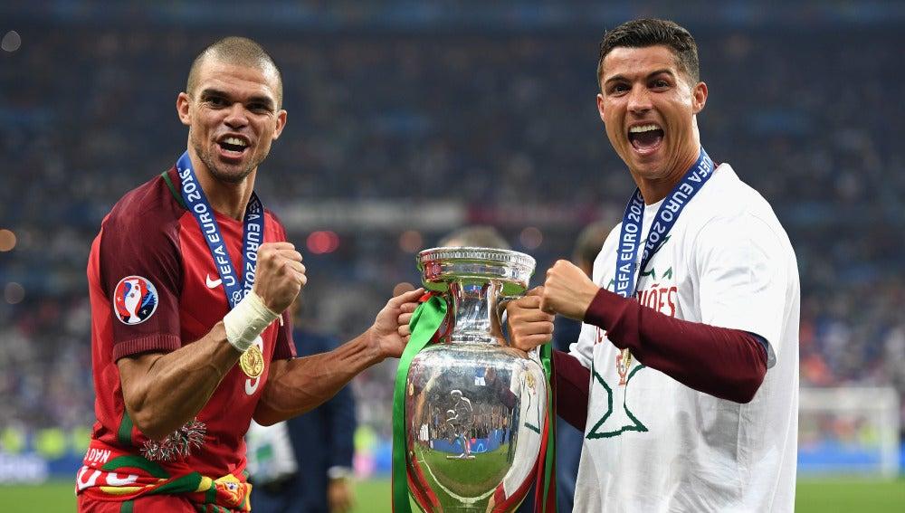 Cristiano Ronaldo y Pepe posan con la Eurocopa durante la celebración en Saint-Denis