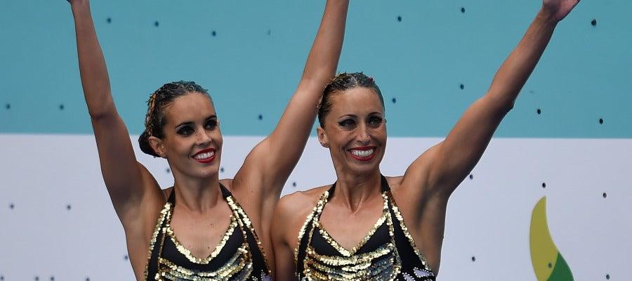 Ona Carbonell y Gemma Mengual saludan