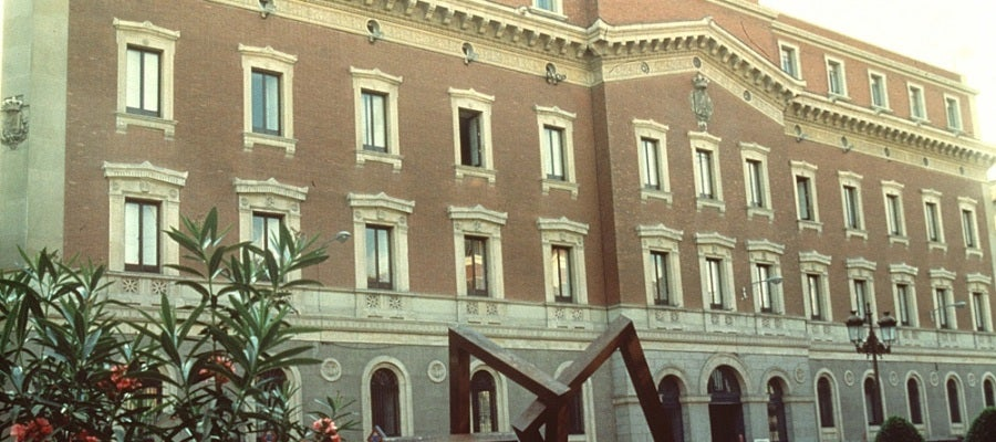 Fachada principal de la sede del Tribunal de Cuentas situado en la calle Fuencarral.