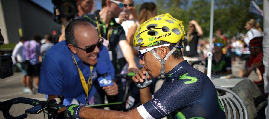 Nairo Quintana con la prensa en el Tour de Francia