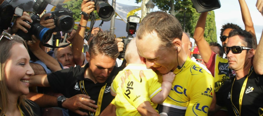 Chris Froome se abraza a su hijo