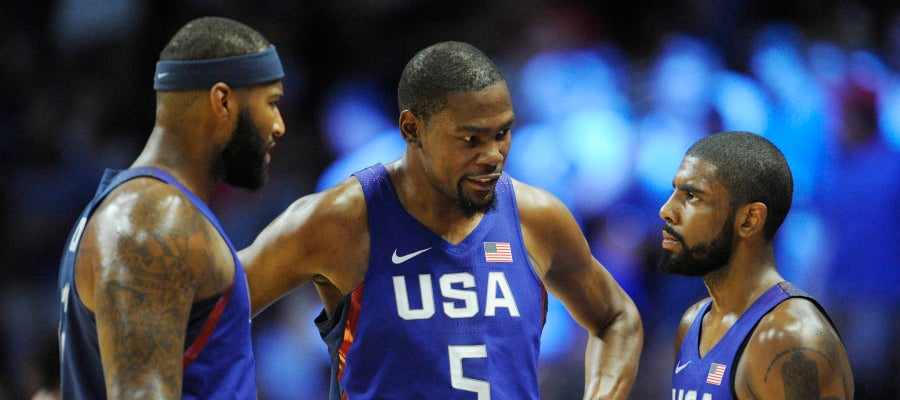 Kevin Durant conversa con DeMarcus Cousins y Kyrie Irving