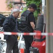 Dos policías en el lugar de la explosión en Ansbach