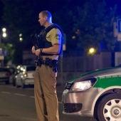Un policía vigila la zona afectada por la explosión en Ansbach