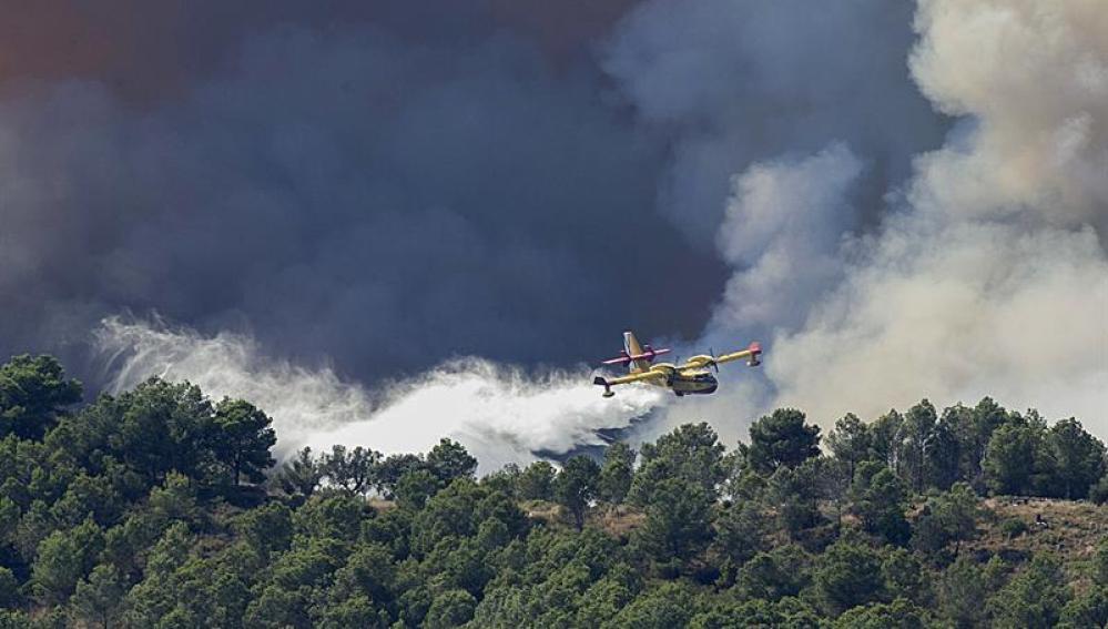 Medios aéreos combaten el incendio declarado en Artana (Castellón).
