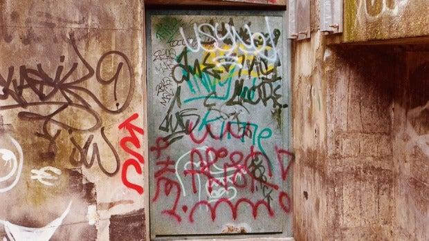 Los grafitis de las fachadas de la ciudad van desapareciendo poco a poco