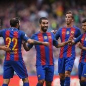 Los jugadores del Barcelona celebran el gol de Arda Turan