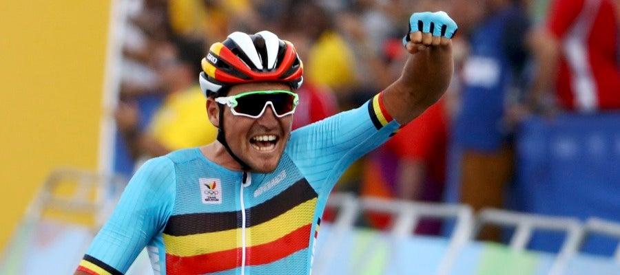 Greg Van Avermaet celebra su victoria y la medalla de oro en la llegada en la Playa de Copacabana