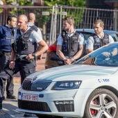 Agentes de Policía en la localidad belga de Charleroi tras el ataque en una comisaría