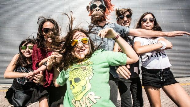 Cinco jóvenes y un mono forman 'Furious Monkey House', una banda de rock muy peculiar