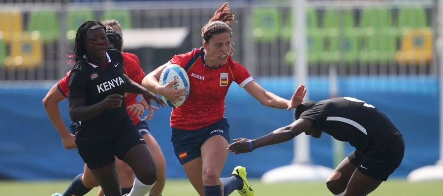 Maria Ribera Garcia evita un placaje de una jugadora de Kenia
