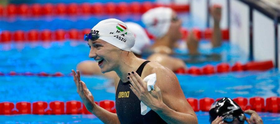 Katinka Hosszu celebra su victoria y medalla de oro en los 100 espalda
