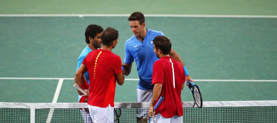 Nadal y Marc López estrechan la mano de sus rivales tras la victoria