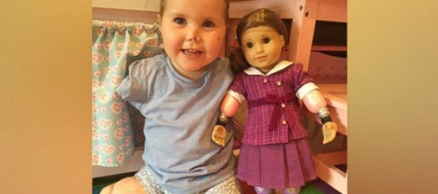 La pequeña junto a su muñeca