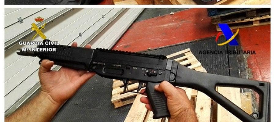 Fotografías facilitadas por la Guardia Civil de las armas incautadas en Algeciras