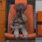Omran, un niño de cinco años, sobrevive a los bombardeos sobre Alepo
