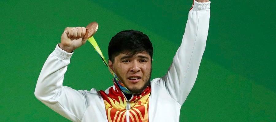 Izzat Artykov, con su medalla de bronce