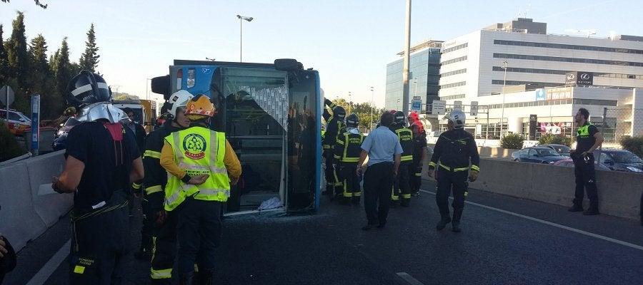 Autobús de la EMT que ha volcado en Madrid dejando 14 heridos leves