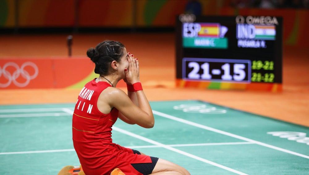 Carolina Marín, llorando sobre la pista