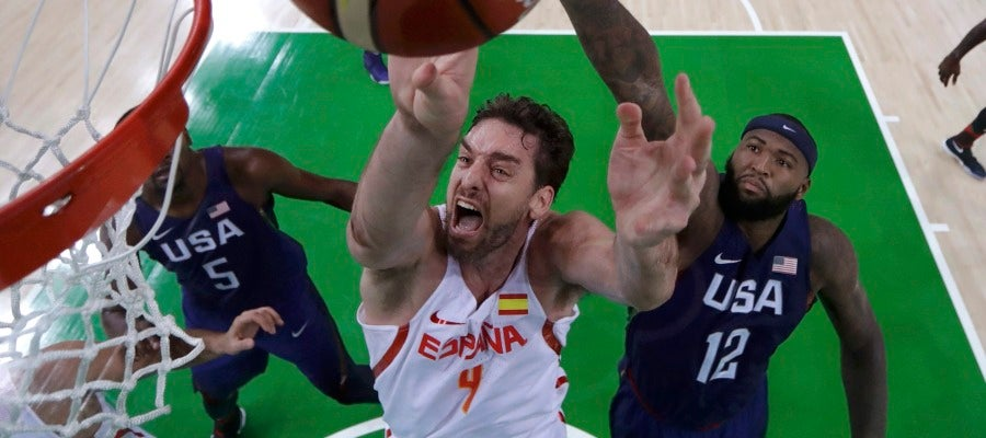 Pau Gasol intenta anotar ante Estados Unidos