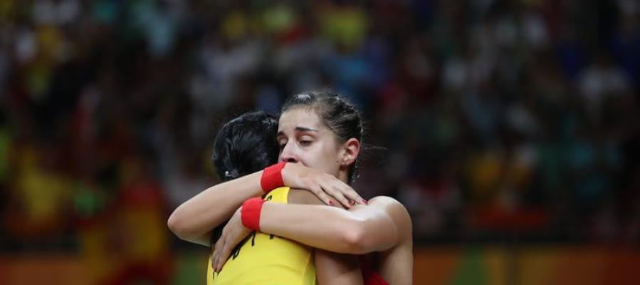 Carolina Marín abraza a Venkata Shindu