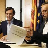 Rafael Hernando y Juan Carlos Girauta firmando el acuerdo en el Congreso.