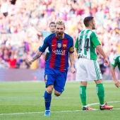 Leo Messi celebra su primer gol ante el Betis