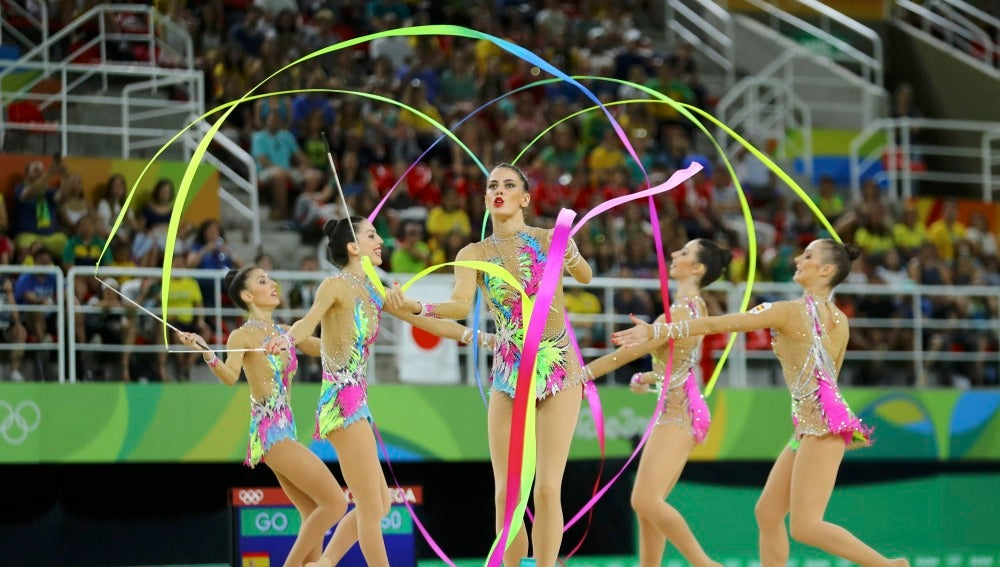 Las chicas de gimnasia rítmica, durante su ejercicio