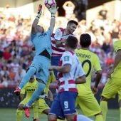 Jugadores de Villarreal y Granada luchan por el balón en un córner