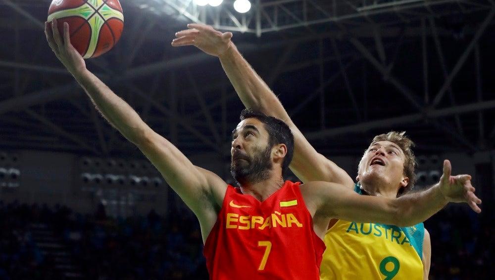 Juan Carlos Navarro intenta anotar ante la defensa australiana