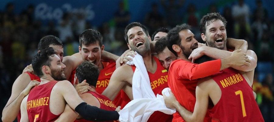 La selección española de baloncesto celebra su bronce en Río 2016