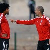 Dante y Guardiola discutiendo en su etapa en el Bayern.