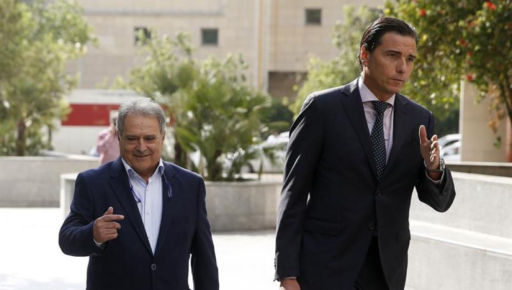 El expresidente de la Diputación de Valencia, Alfonso Rus, acompañado por su abogado a su llegada al juzgado