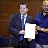 Los secretarios regionales del PSOE y Podemos, Emiliano García-Page (izda) y José García Molina
