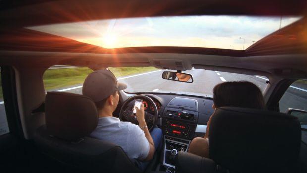 Mesa de redacción: Los niños cuentan lo que hacen sus padres al volante