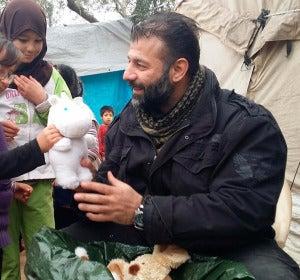 Rami Adham, el hombre que lleva 80kg de juguetes para los niños sirios