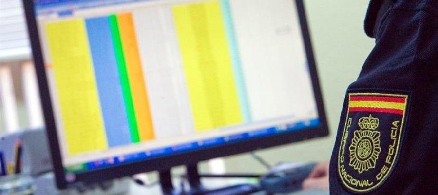 Un miembro del Grupo de Delitos Telemáticos de la Policía Nacional sigue el rastro de un ciberdelincuente