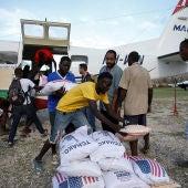 Afectados por el huracán Matthew en Haití reciben ayuda