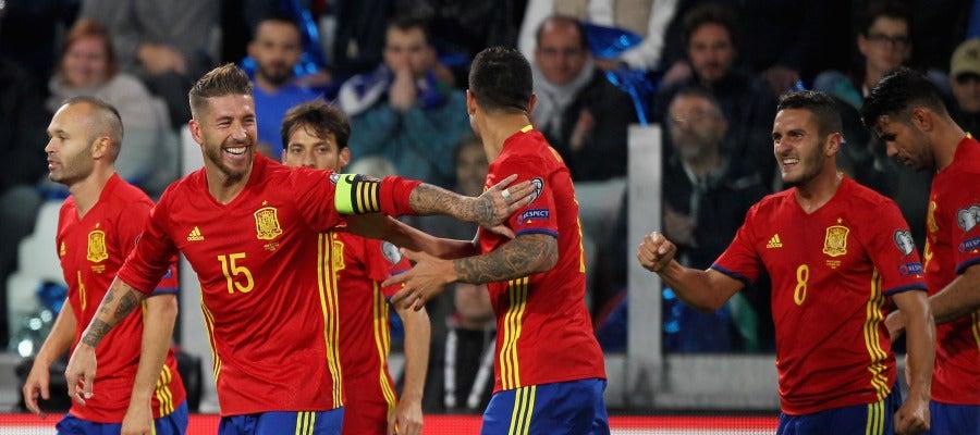 Los jugadores de España celebran el gol de Vitolo ante Italia