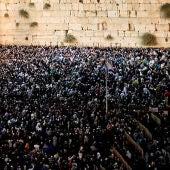 Miles de judíos acuden al Muro de las Lamentaciones antes del Yom Kipur