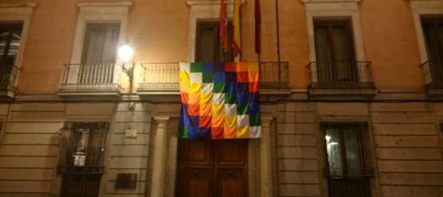 La bandera indígena en el balcón de la Junta Municipal de Centro del Ayuntamiento de Madrid